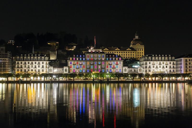 Das Hotel Schweizerhof Luzern bei Nacht.