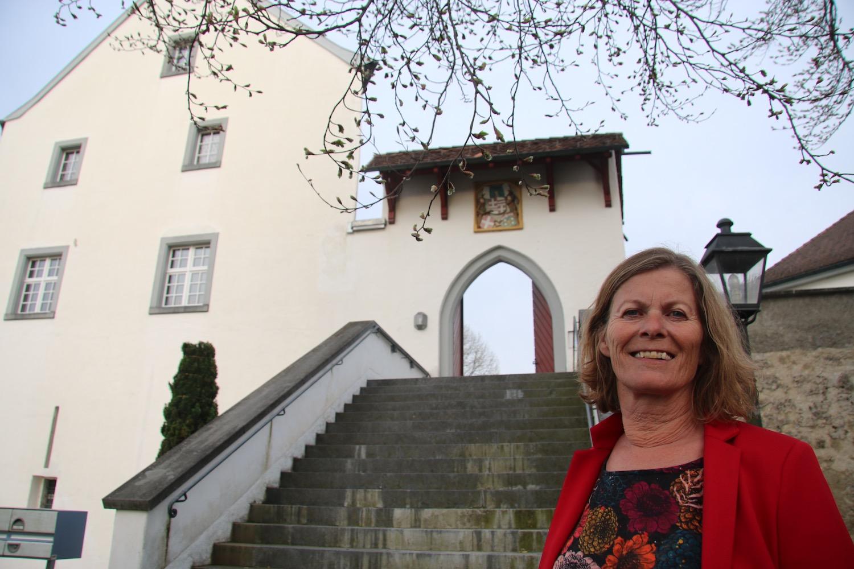 Silvia Steiner, Präsidentin der KKK Reiden vor dem Eingangsportal zur alten Ritterburg.