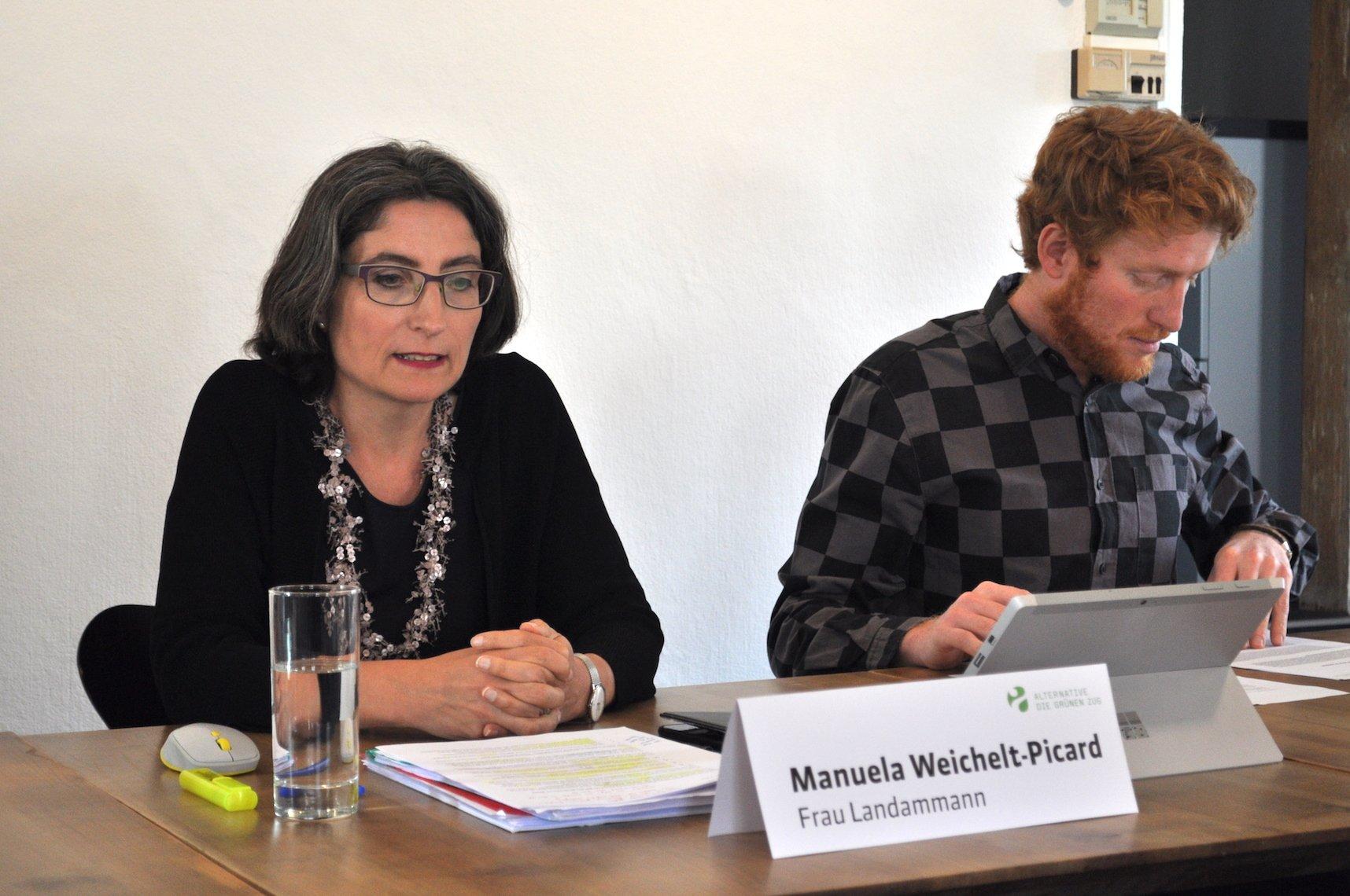Manuela Weichelt-Picard gibt bekannt, dass sie im Herbst nicht mehr zur Wahl in den Zuger Regierrungsrat antritt. Rechts Andreas Lustenberger, Präsident der Zuger Alternative – die Grünen.