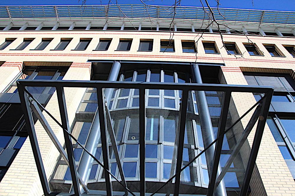Respekteinflössend: der monumentale Eingang mit Säulen und Rotunde.