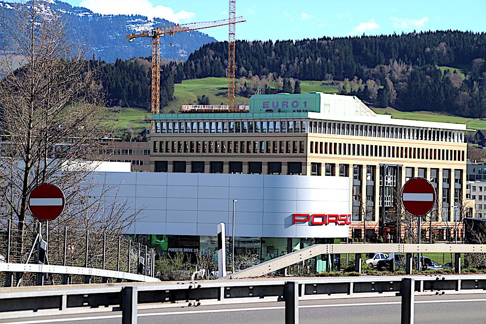 Architektonische Vielfalt in der Boomtown Rotkreuz: vorne die Porsche-Headquarters, hinten das «Euro1».