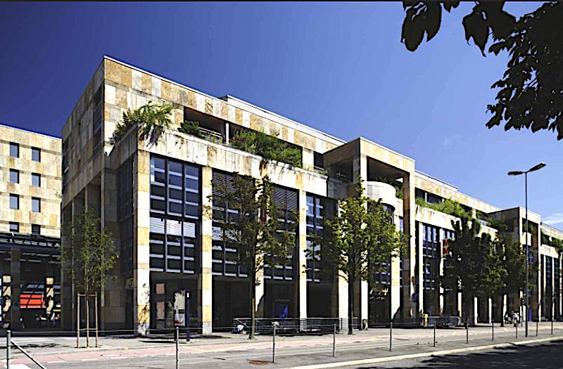 Das Einkaufszentrum Metalli – der andere grosse Vertreter des postmodernen Architekturstils in Zug. An den Fassaden ist der Travertin-Kalkstein zu sehen.