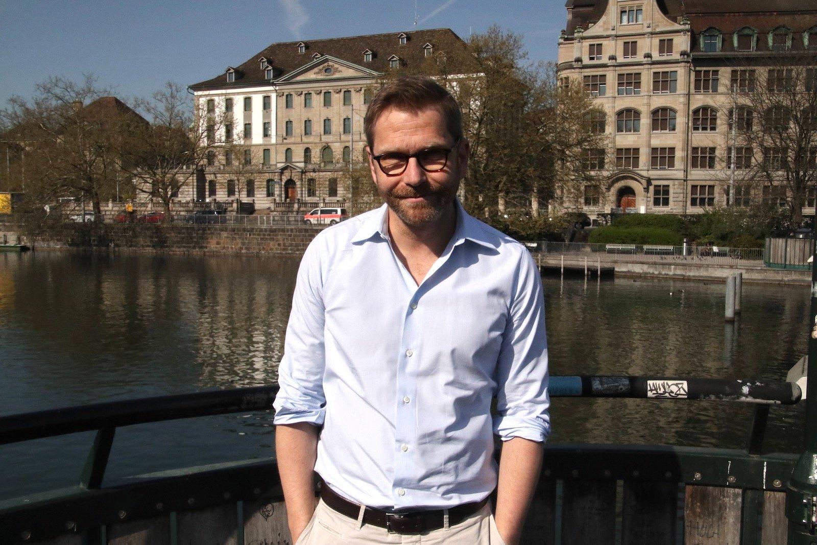 Samuel Streiff diesmal mit Brille und – passend zur Serienrolle – dem Polizeiposten im Hintergrund.