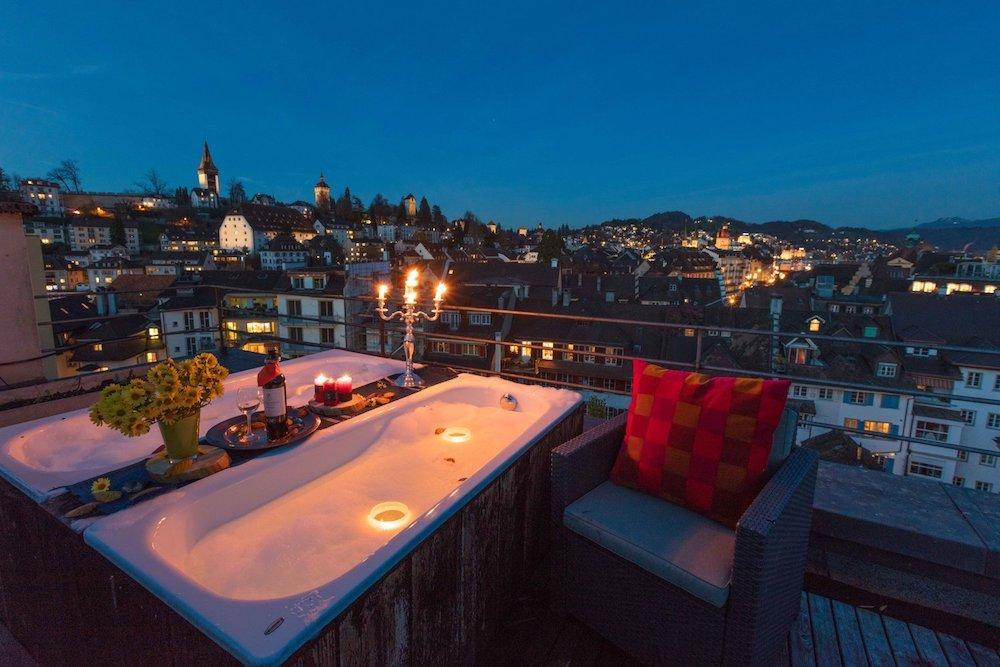 Romantisch: Die Terrasse st auch mit zwei Badewannen bestückt.