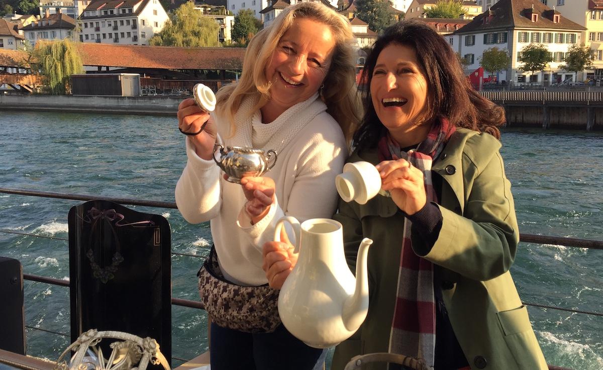Keller entrümpelt: Esther Schmid (links) mit ihrer Schwester Rita.