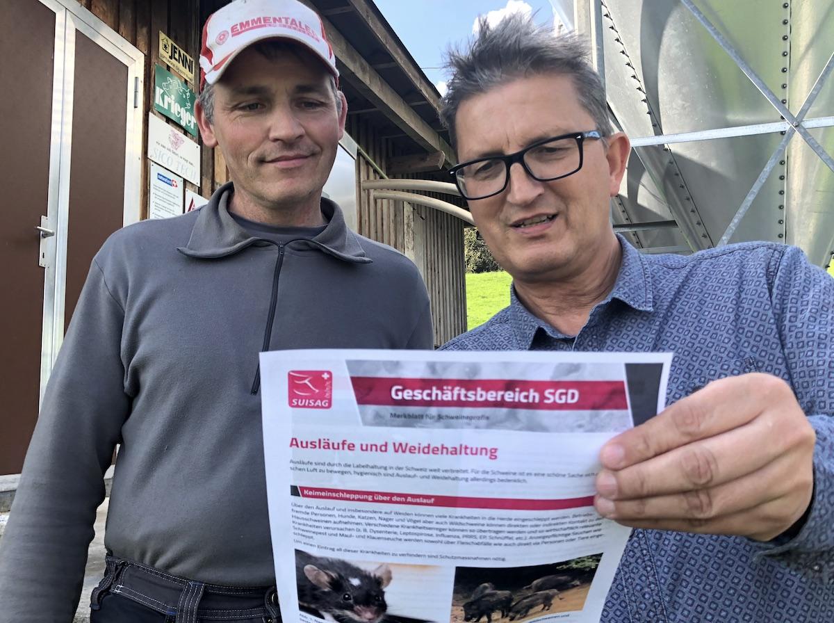 Wissenswertes für den Bauern Markus Rey: Tierarzt Alois Estermann (rechts) klärt auf.