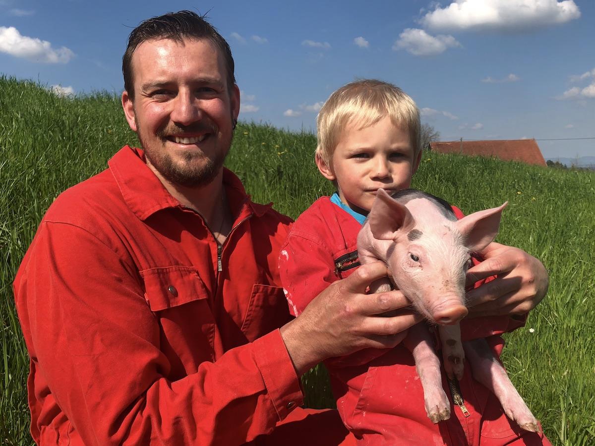 Fühlt sich kaum von der Schweinepest bedroht: Bauer Kurt Bigler mit Sohn und Säuli.