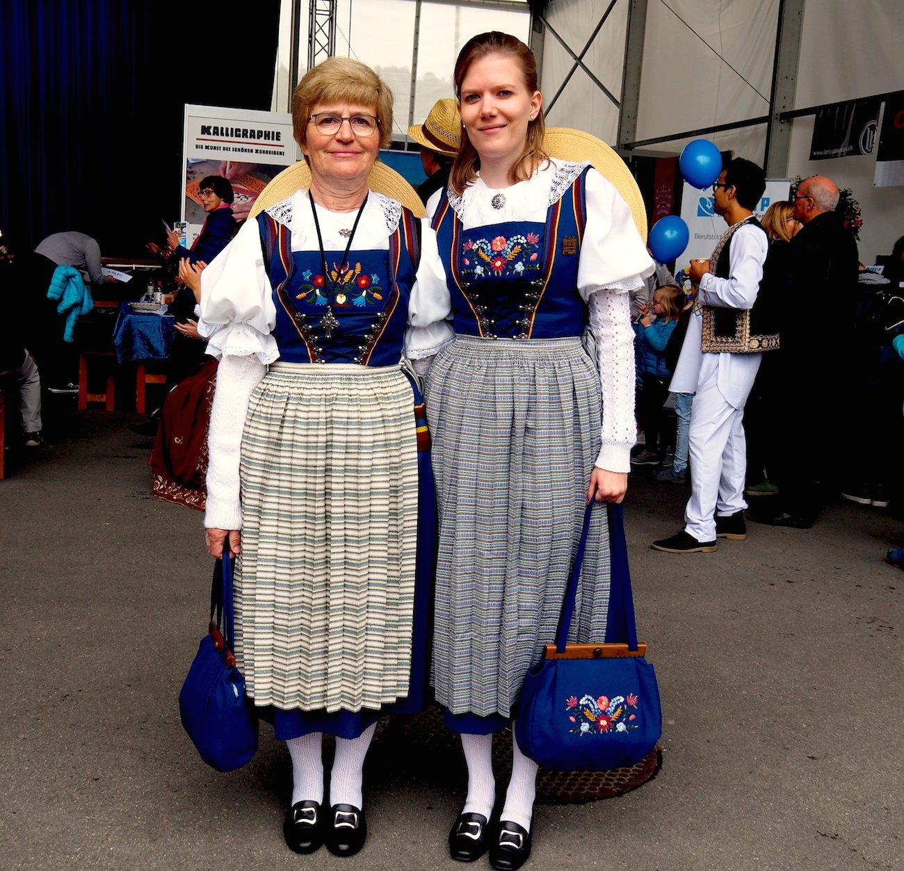 Mutter und Tochter in der Luzerner Sonntagstracht. (Bild: jav)