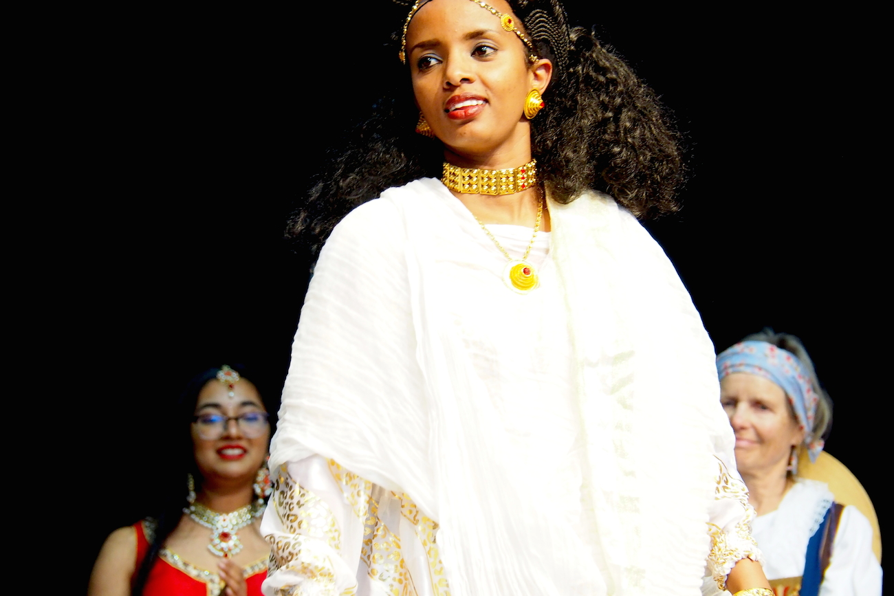 Weisse, leichte Kleider und schwerer Goldschmuck werden in Eritrea zu Festlichkeiten getragen. (Bild: jav)