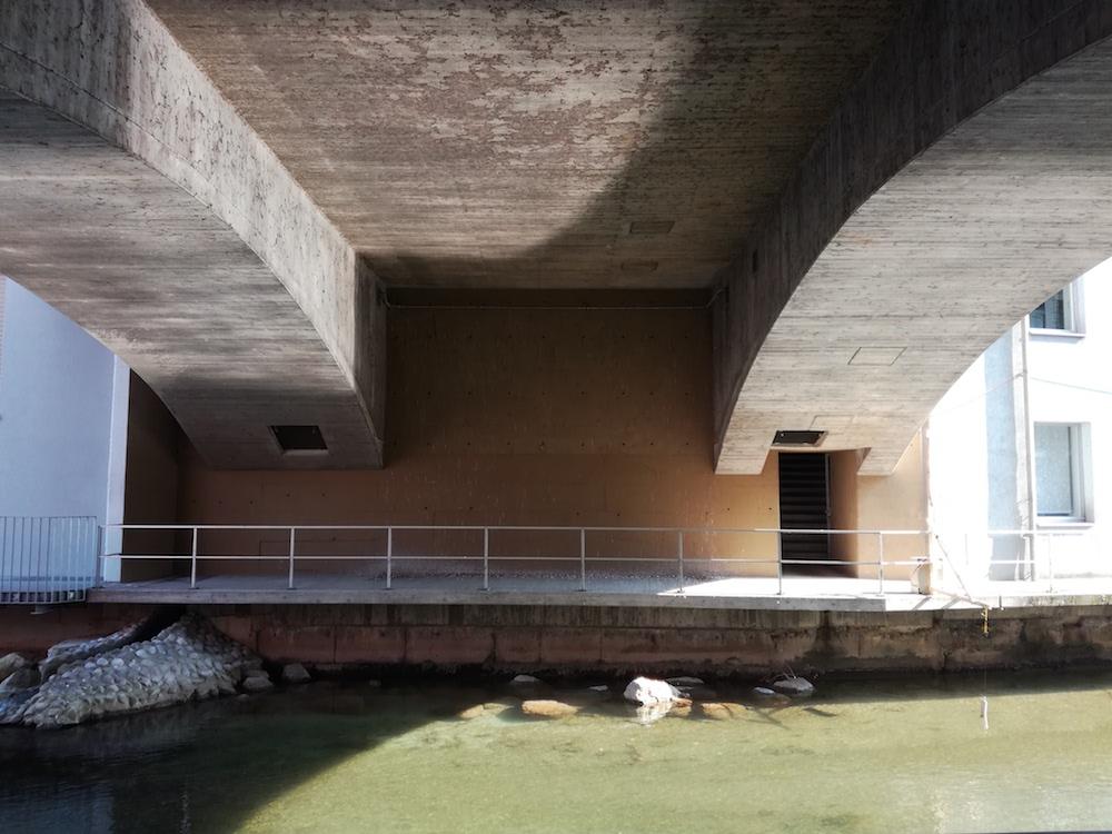 So trist und schattig sieht der mit Taubenkot verdreckte Ort unter der Brücke heute aus.