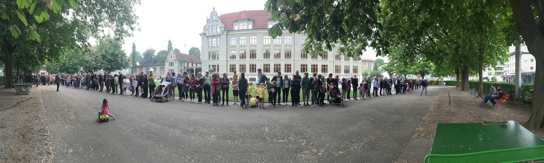 Die Menschenkette auf dem Pausenplatz des Schulhaus Maihof.