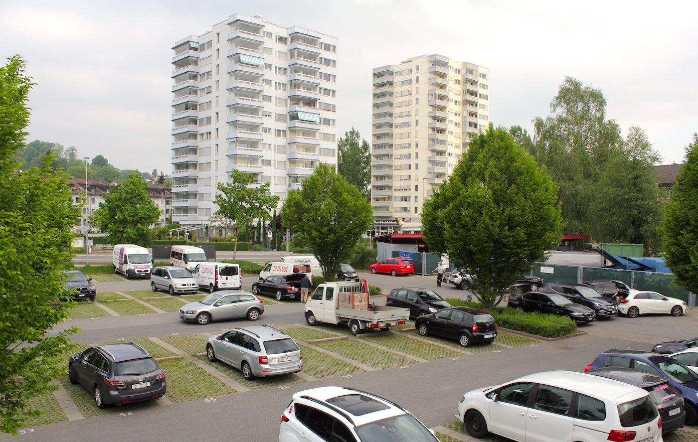 Das Zythus-Areal in Hünenberg See soll wirtschaftlicher genutzt werden. Aktuell ist es ein Parkplatz mit einem Ökihof.