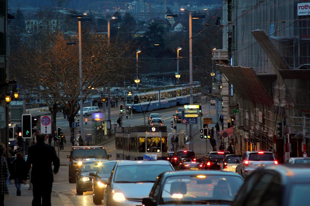 Autos, Busse, Tram und Co.: Auf Zürichs Strassen ist einiges los. Daran haben sich die Zuger scheinbar gut gewöhnt.