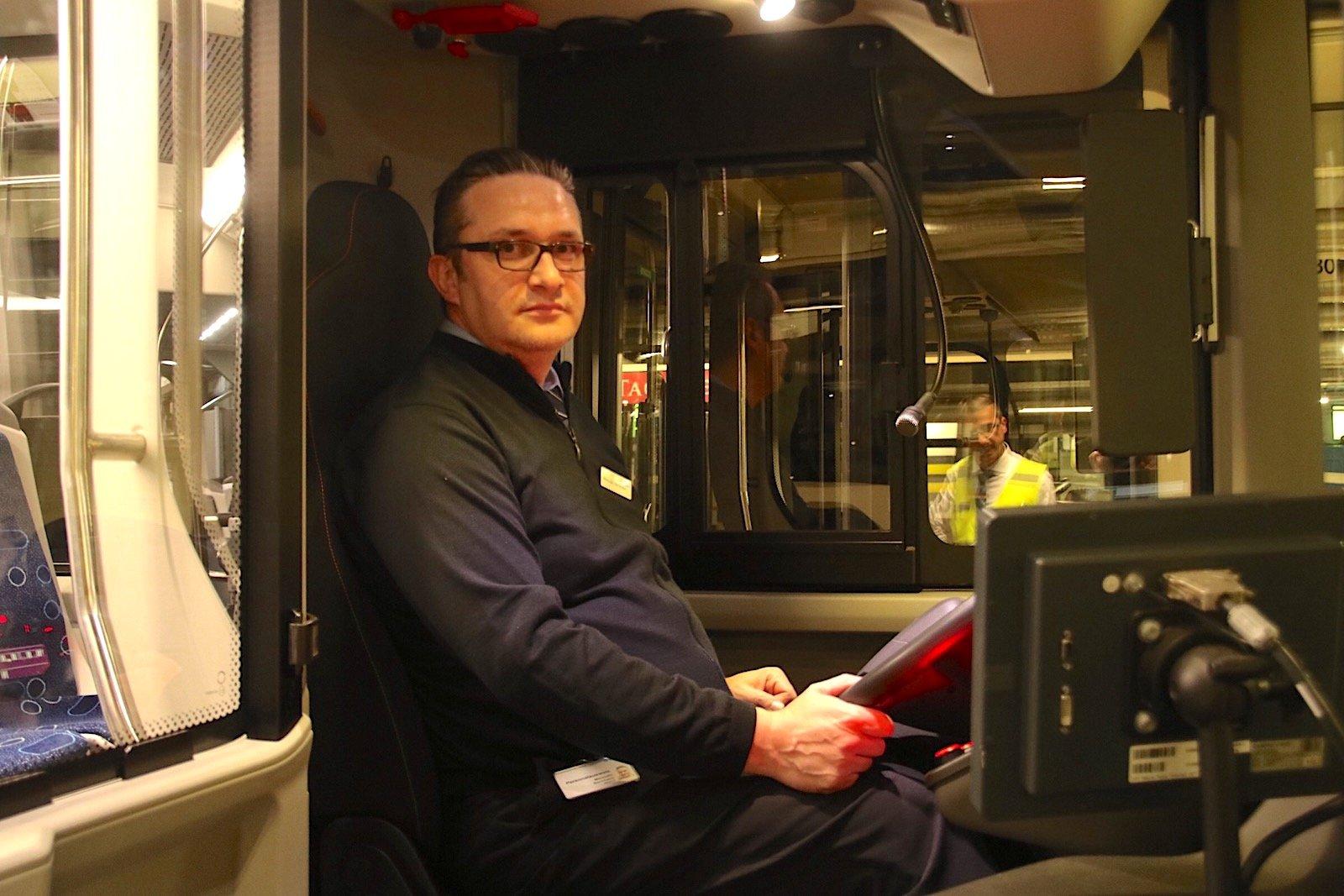 Der Zuger «Exil-Chauffeur» Mersudin Becirbasic am Steuer eines VBZ-Busses.