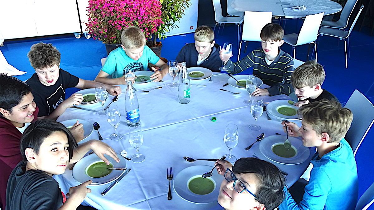 Keine Suppenkasper: Den Zuger Primarschülern schmeckt die Spargelcremesuppe bestens.