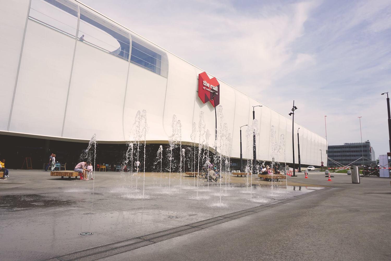 Wie das Eisfeld im Winter soll auch der Platz im Sommer regelmässig für Anlässe genutzt werden. Das Wasserspiel wurde im April eingeweiht.
