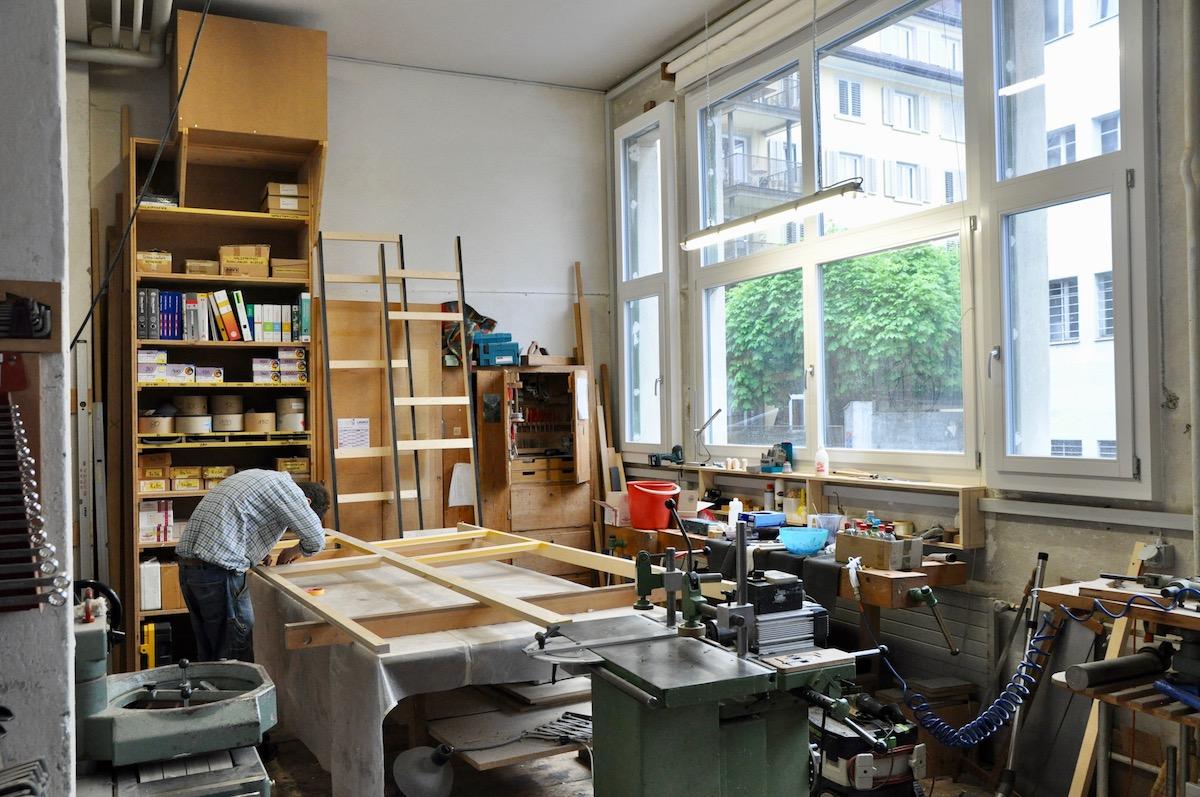 In der Sonnendurchfluteten Werkstatt wird gearbeitet.