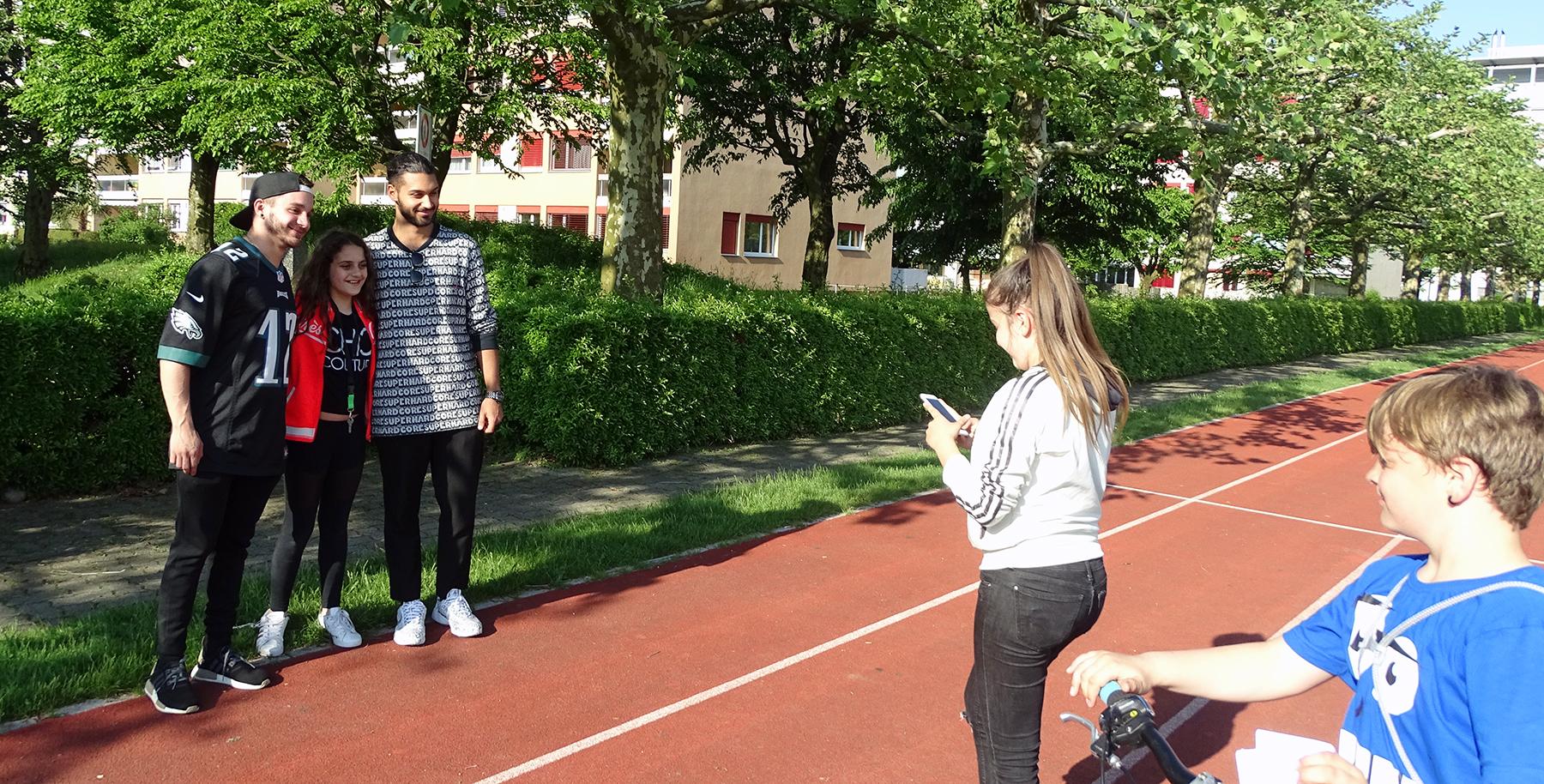 Wurden von ihren Fans gar «verfolgt»: Matteo und Davide posieren mit einem Fan.