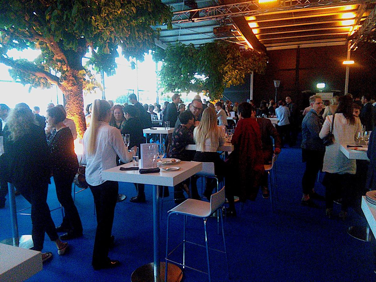 Schönes Ambiente im Innern des Pavillons für bis zu 300 Gäste: der Glaspavillon am Abend.