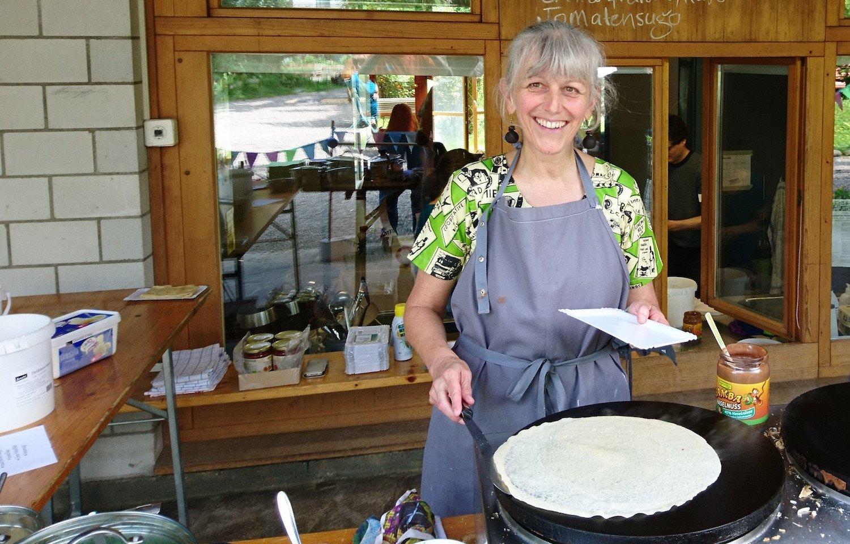 Monique Frey betätigt sich aktiv am Spiel- und Crèpesfest im Quartier.
