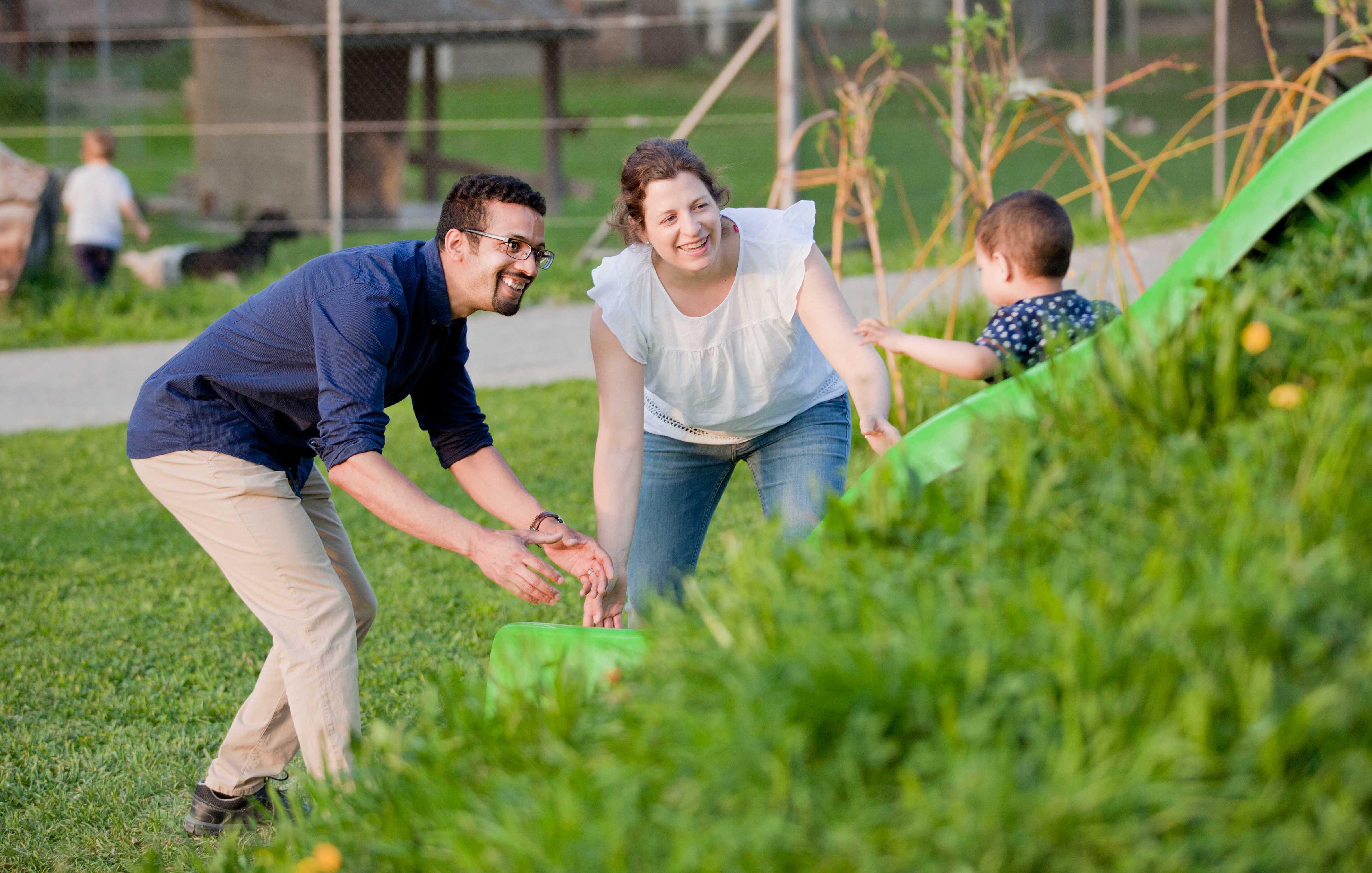 Brahim Aakti (links) mit seiner Familie auf dem Spielplatz.