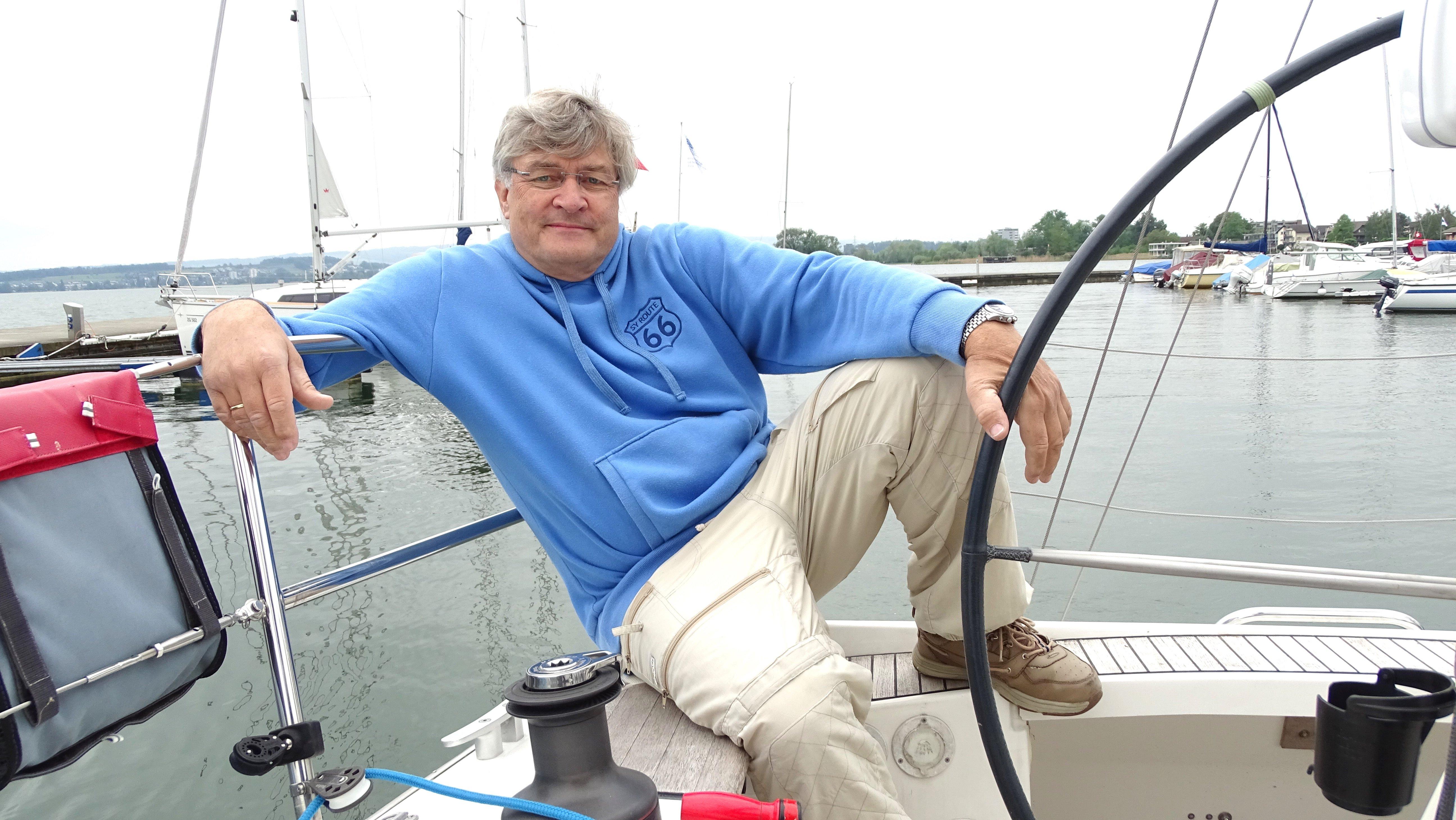 Seine Lieblingsposition: Wolfgang Hass geniesst beim Segeln vor allem die Ruhe auf dem Wasser.