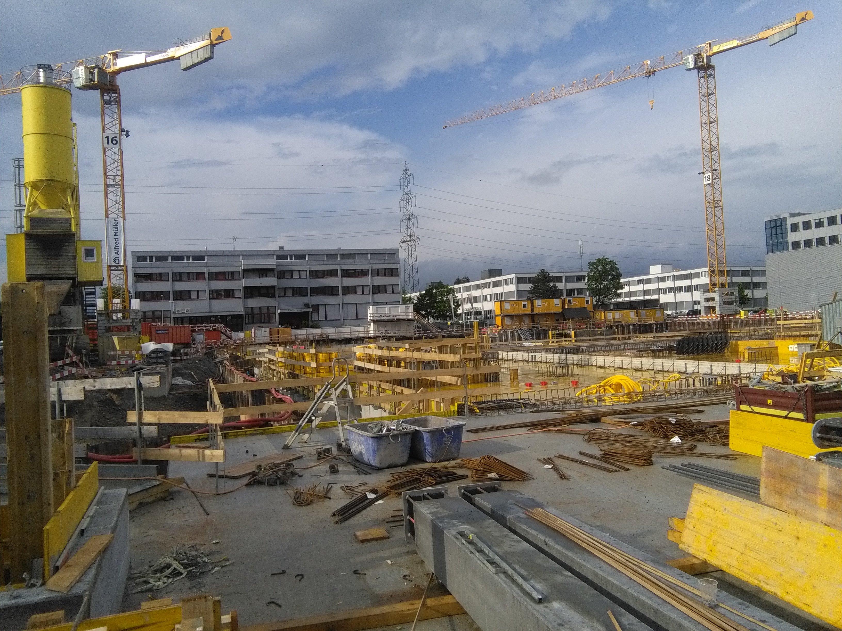 Das Konzert der Kräne: Hier wächst das «Helix-Projekt» der Alfred Müller AG in der Städtler Allmend in die Höhe. Die Amag AG verlagert zieht Ende 2019 mit ihrem Hauptsitz Import ein und schafft so 850 neue Arbeitsplätze in Cham.