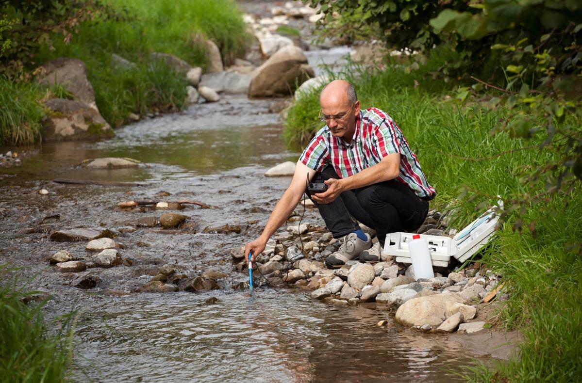 Philipp Arnold von der Dienststelle Umwelt und Energie bei der Entnahme einer Wasserprobe. Luzerner Gewässer sind unter anderem mit Düngstoffen und Pestiziden aus der Landwirtschaft belastet.