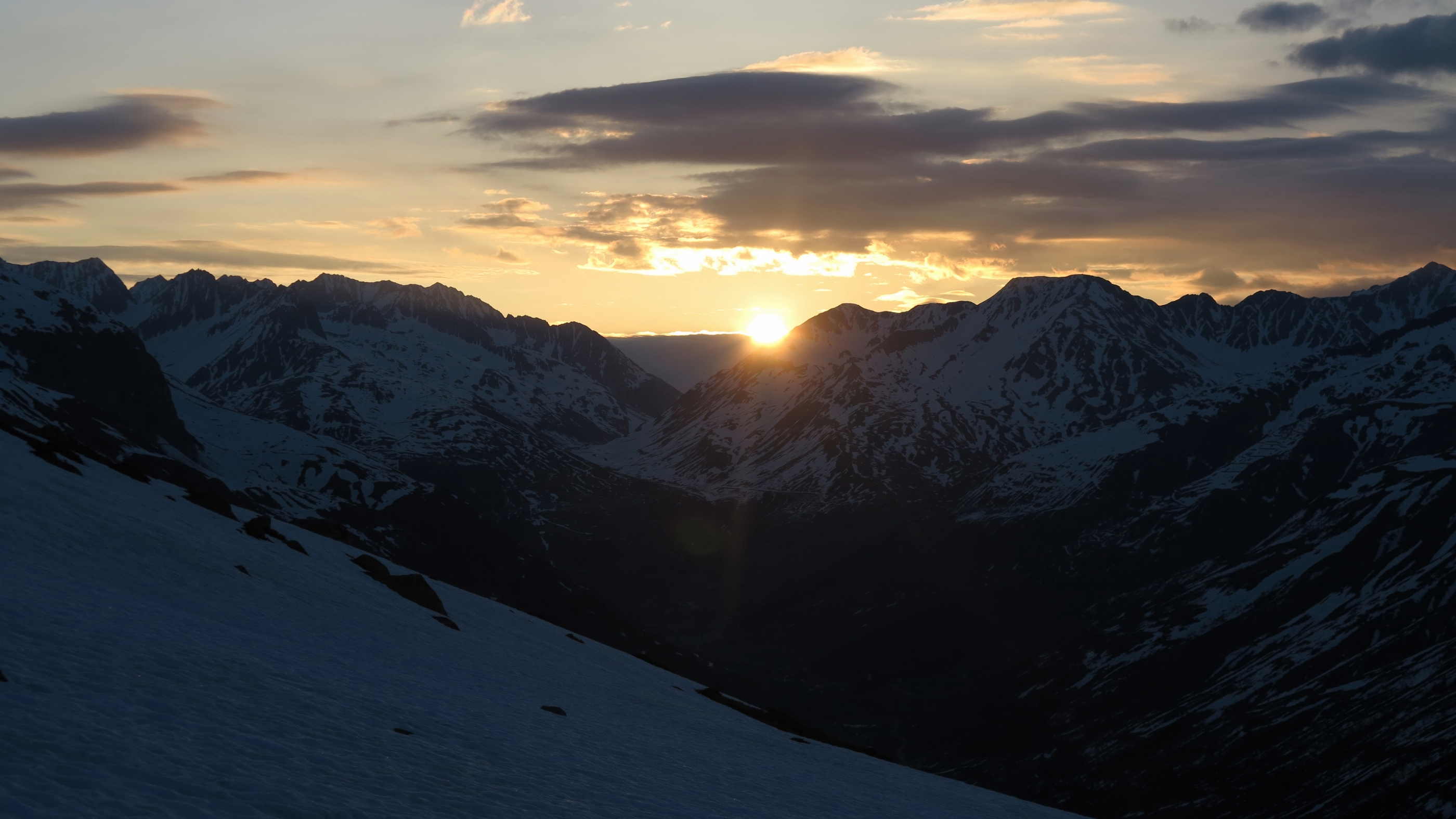 Wer im Frühsommer auf Skitouren geht, wird für den kurzen Schlaf mit schönen Sonnenaufgängen entschädigt.