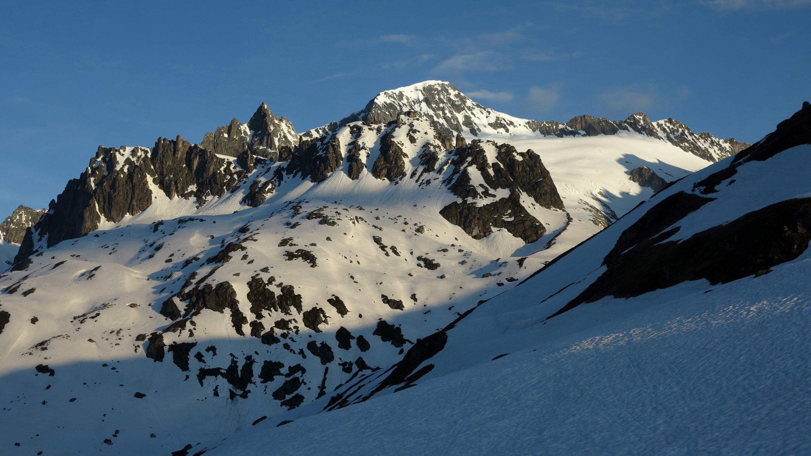 Über dem Tiefengletscher zeigt sich der Galenstock, an dessen Fuss die Obere Bielenlücke liegt.
