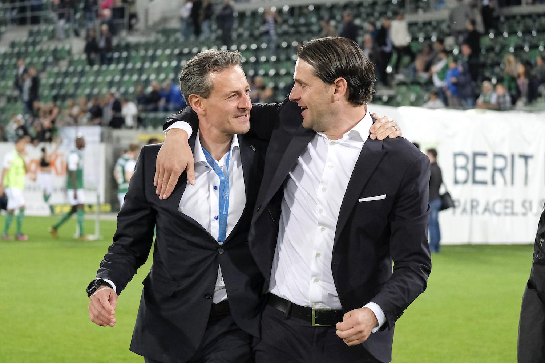 Nach dem Spiel in St. Gallen jubeln Philipp Studhalter und Trainer Gerry Seoane über die Europa League Qualifikation.