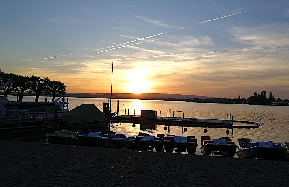 Der Zuger Sonnenuntergang wird viele Bootsbesitzer auf dem Zugersee momentan nicht darüber hinwegtrösten, dass es keinen Sprit gibt an der Bootstankstelle.