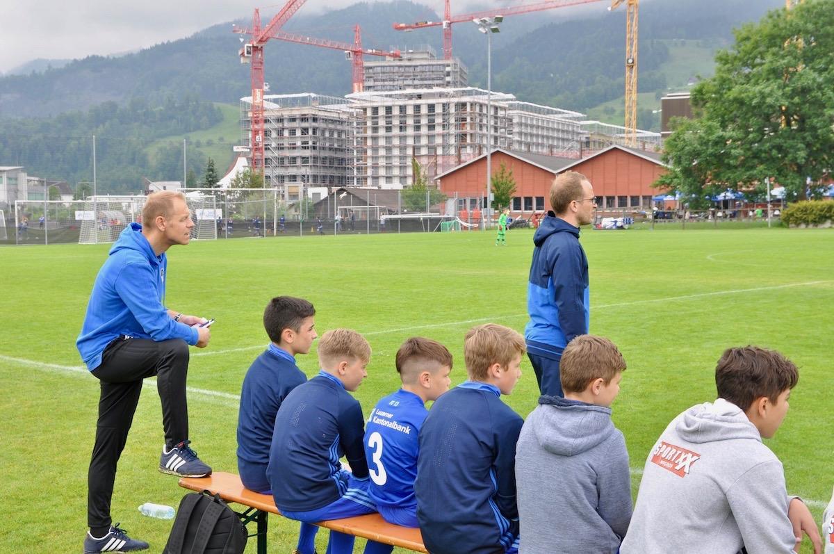 Die Trainer sprechen stets mit den Spielern auf der Bank.