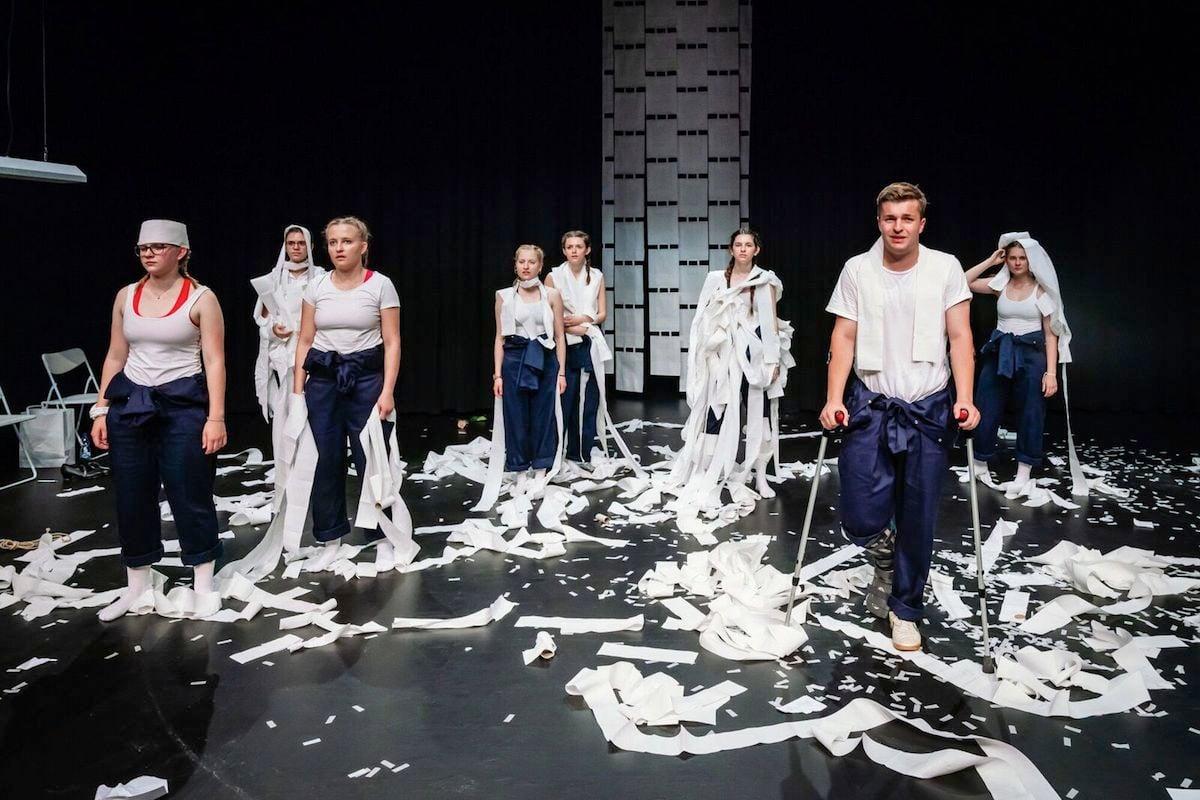 Das Ensemble, inklusive verletztem Samuel Asal, im «Scheiss»-Chaos.