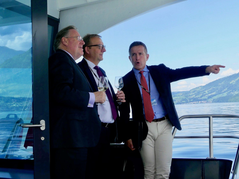 Bruno H. Schöpfer (Managing Director der Bürgenstock Selection), Alfred Bossard und Stefan Schulthess (v. l. n. r.) geniessen die Jungfernfahrt.