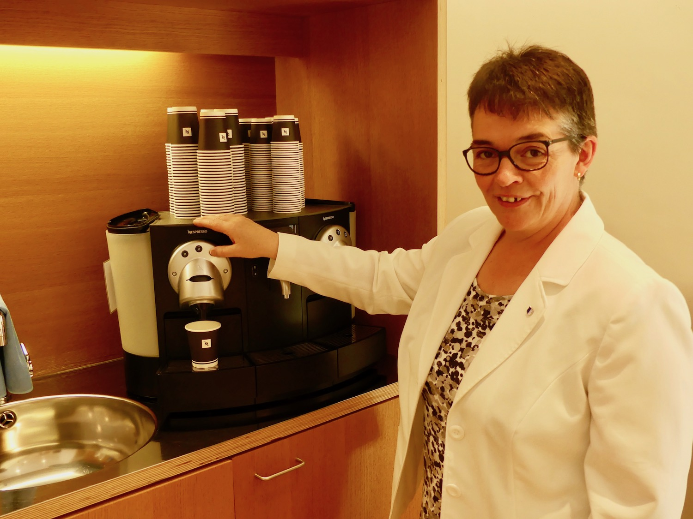 Präsentiert die beliebte Kaffeemaschine: Kantonsratspräsidentin Vroni Thalmann.