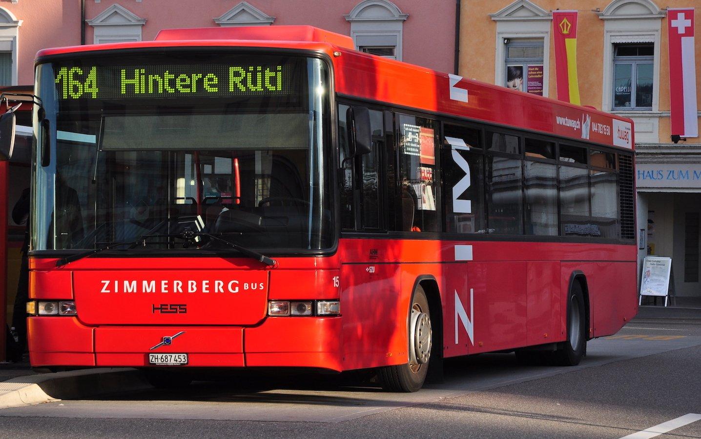 Die meisten der roten Zimmerberg-Busse auf dem linken Zürichseeufer werden von einer Tochterfirma der Zugerland Verkehrsbetriebe gefahren.