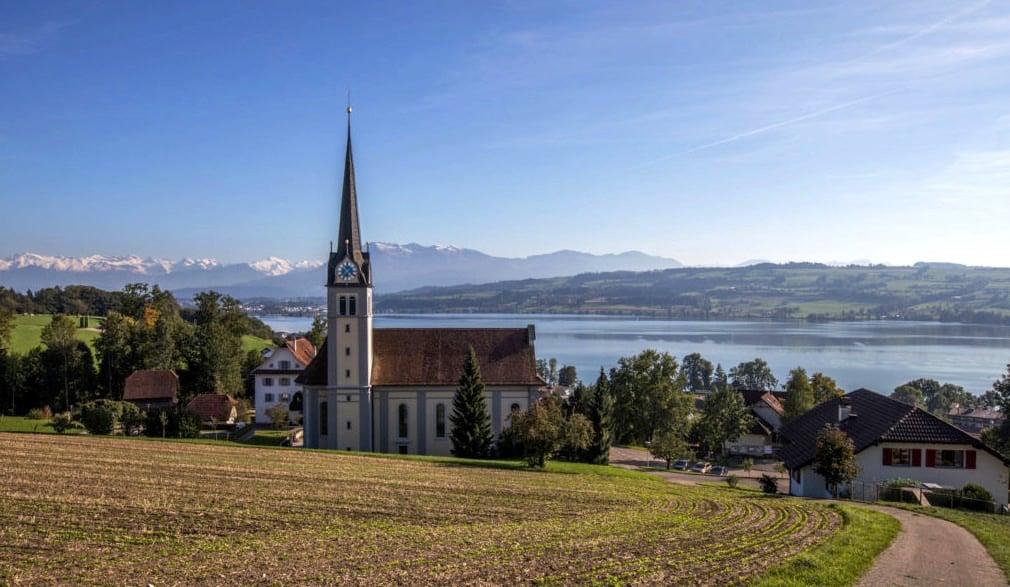 Oberhalb der Kirche Eich hat man einen schönen Blick auf den Sempachersee und den Pilatus. Die Autobahn führt wenige Meter daran vorbei – jedoch unter dem Boden.