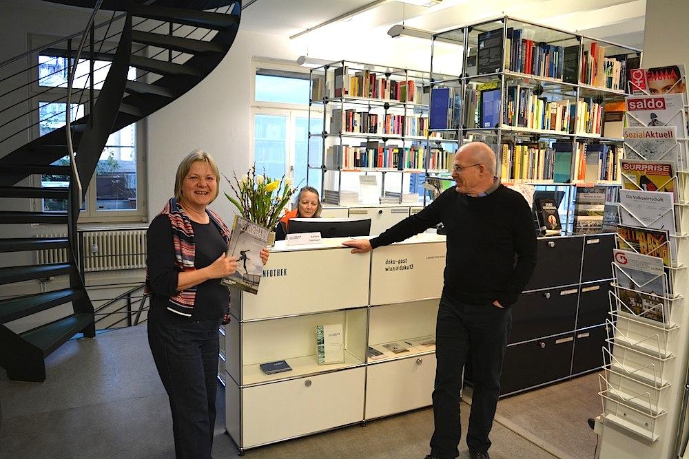 Der Empfang von «Doku Zug»: Links Sybilla Schmid Bollinger, hinter dem Schalter Barbara Fehlmann, rechts Daniel Brunner.
