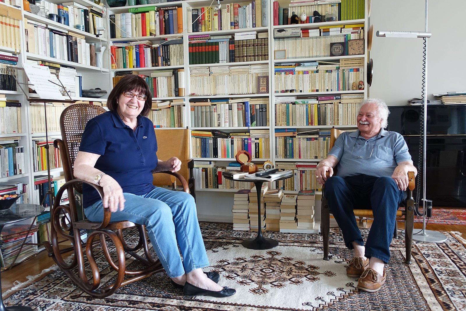 Trudi und Josef Baumgartner vor ihrer imposanten Bücherwand – von einigen werden sie sich trennen müssen.