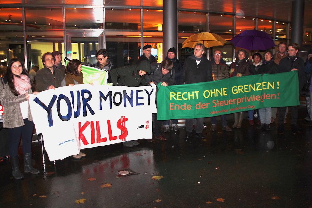 Vor der Quantum Global in Zug am Postplatz: Josef Lang und einige Demonstranten protestieren gegen die Machenschaften der Rohstoffhändler.