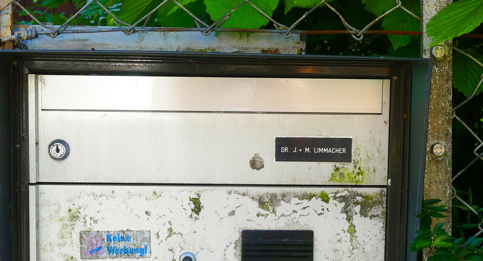 2012 verstarb das Ehepaar Limmacher. Doch der Briefkasten scheint auch heute noch auf Post zu warten.