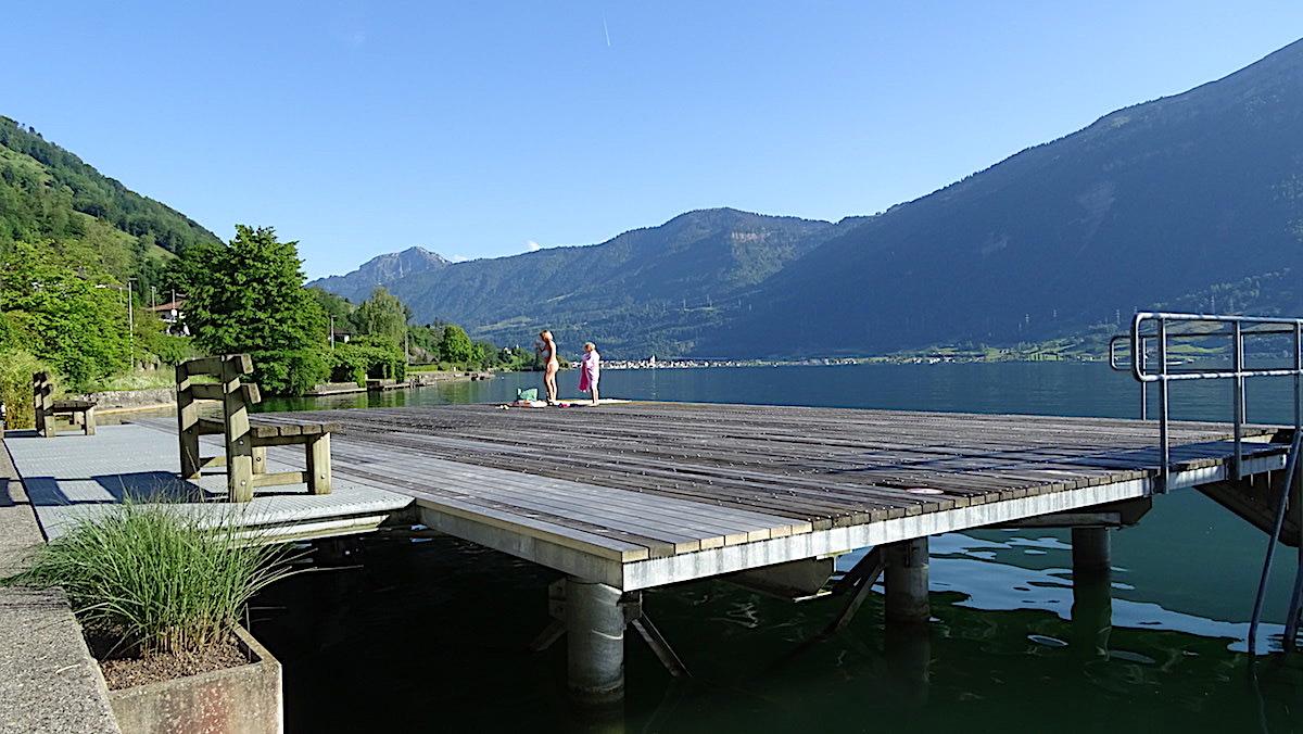 Ideal für Sonnenanbeter: Die Holzplattform in der Badi Walchwil.