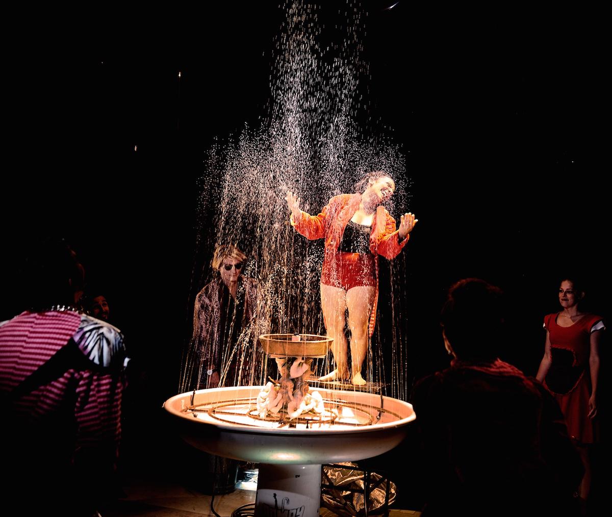 Die Clownfrau Olivia Weinstein macht sich sowohl als Wasserdirigentin als auch als Brunnenfigur gut.