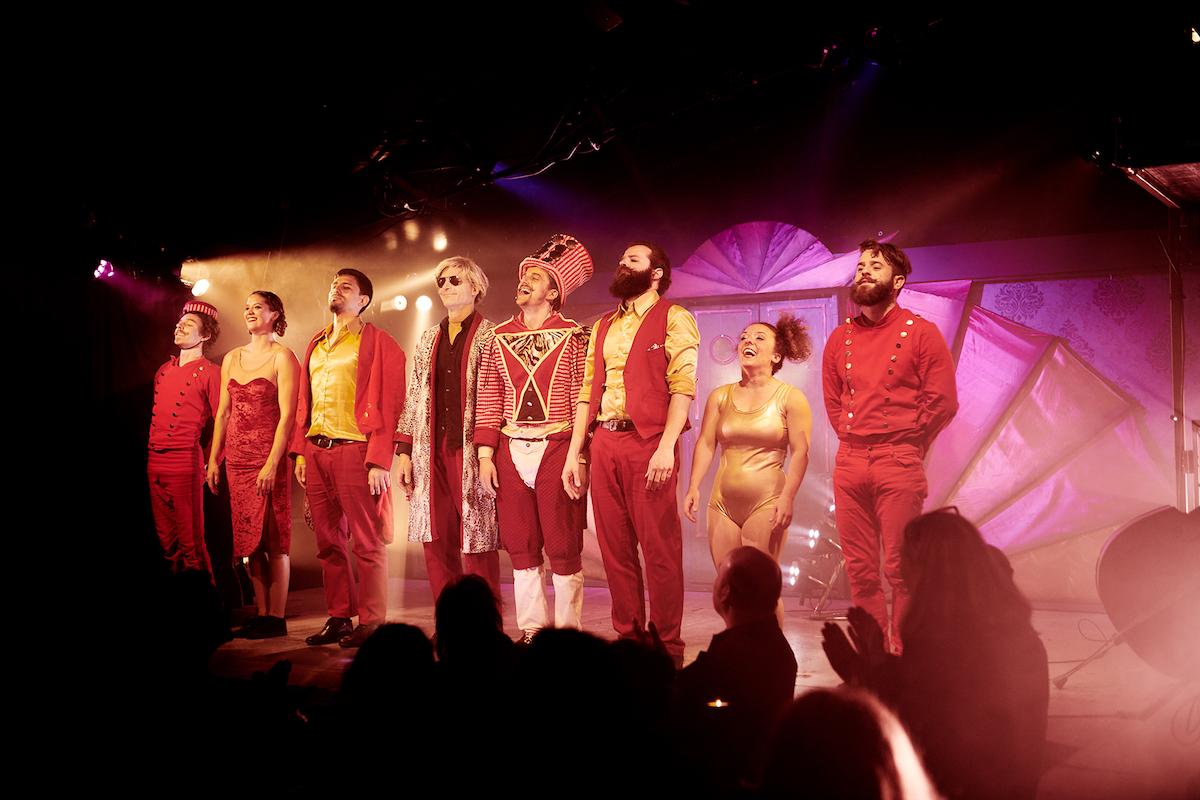 Das Ensemble des Broadway-Variete nach getaner Arbeit.