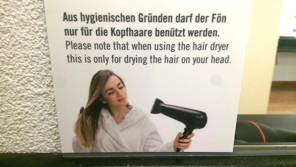 Das Schild im Wellness-Bereich des Fitnessparks National in Luzern sorgt für Lacher.