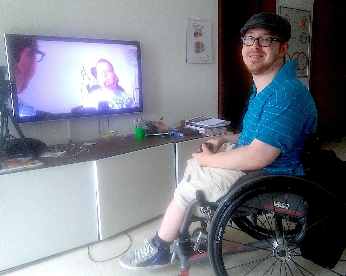 Zuhause in seinem Wohnzimmer: Jahn Graf hat schon Dutzende Videos gedreht – unter anderem auch ein Video mit einem Behinderten.