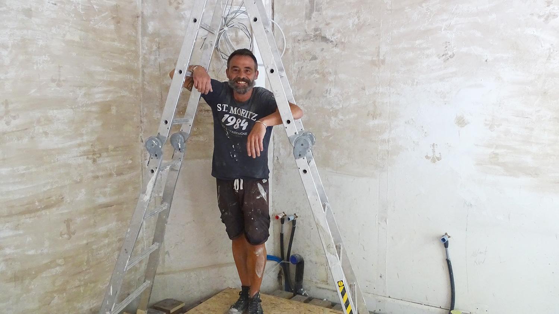 Gianpaolo Giuliano in seinem künftigen Lokal «Sette e Mezzo», das er selber umbaut.