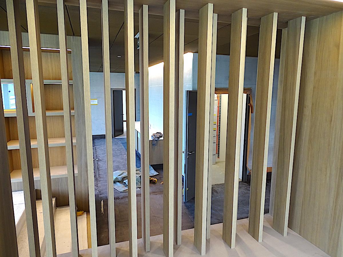 Kein Gefängnis: Das sind die hellen Holzraumteiler im Wellness-Bereich.