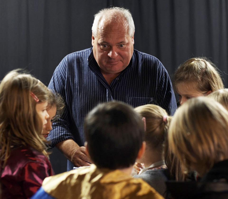 Walti Mathis als Regisseur in Aktion mit Kindern.